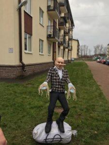 В Щеглово обманутые дольщики установили памятник застройщику-лгуну.